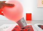 Lampa ColorUp- designerski gadżet, który pobiera kolor z otoczenia.  autor: PEGA DESIGN